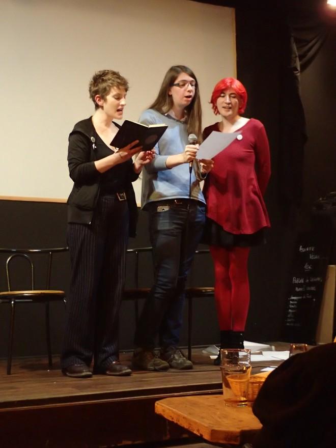 Léonie, Aube et Jena chantent une chanson écrite collectivement. (Photo d'Amyly)